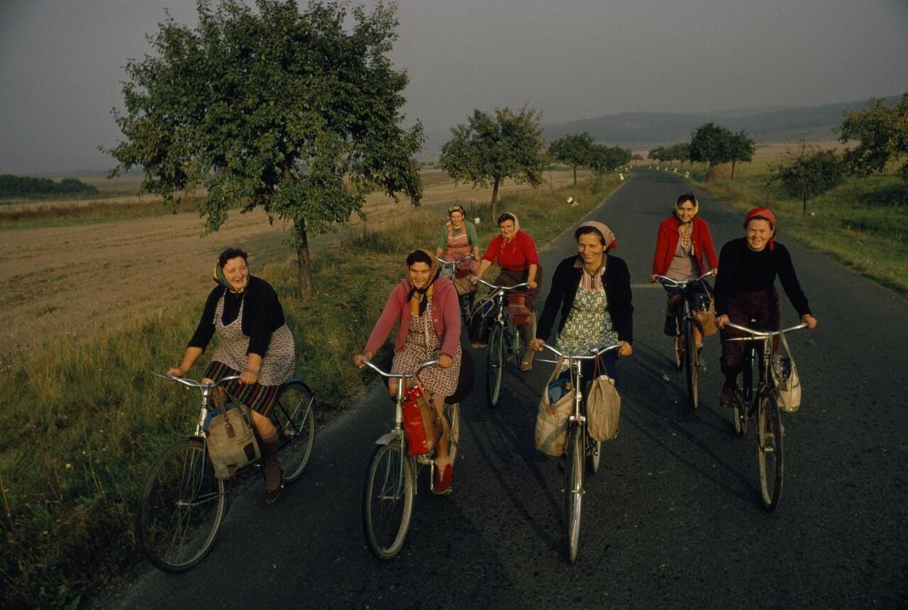 Женщины едут домой с полей. Малые Карпаты, Чехословакия, 1968. Фотограф Джеймс П. Блэр