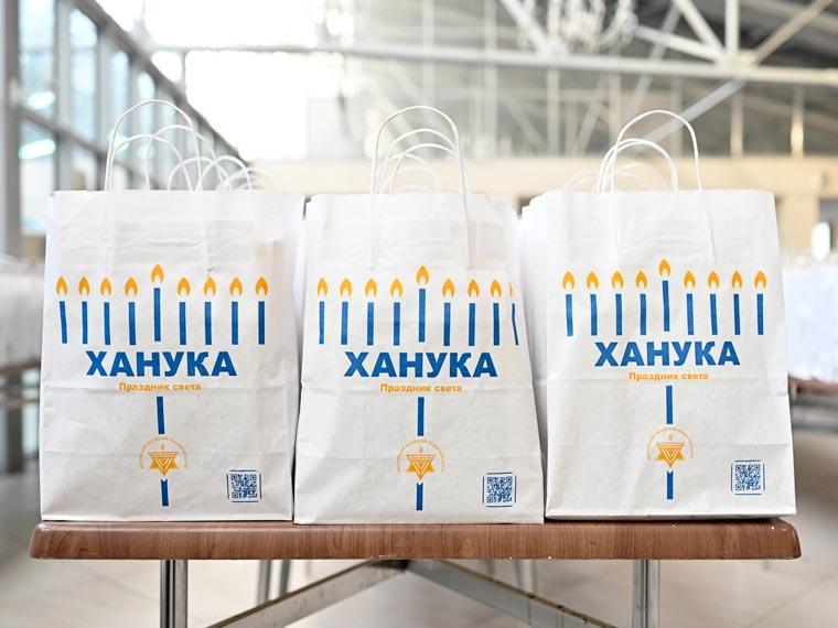 Ханукальные подарки от МЕОЦ. Фото Колдунова + Клёсов