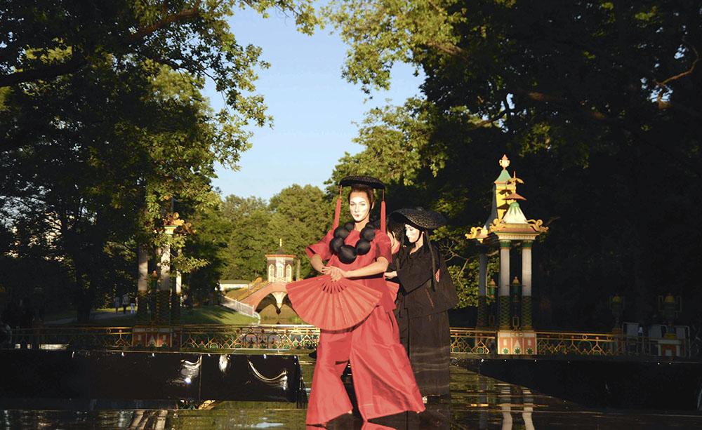 Летом 2015 года Китайские мостики стали декорацией для модного показа. Дизайнер Лилия Кисиленко в своей коллекции рассуждала на тему тяжелой судьбы китаянок.