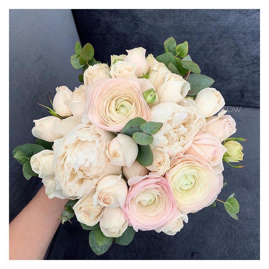 Свадебные букеты из розовых роз и белых ранункулюсов, заказ москва вао