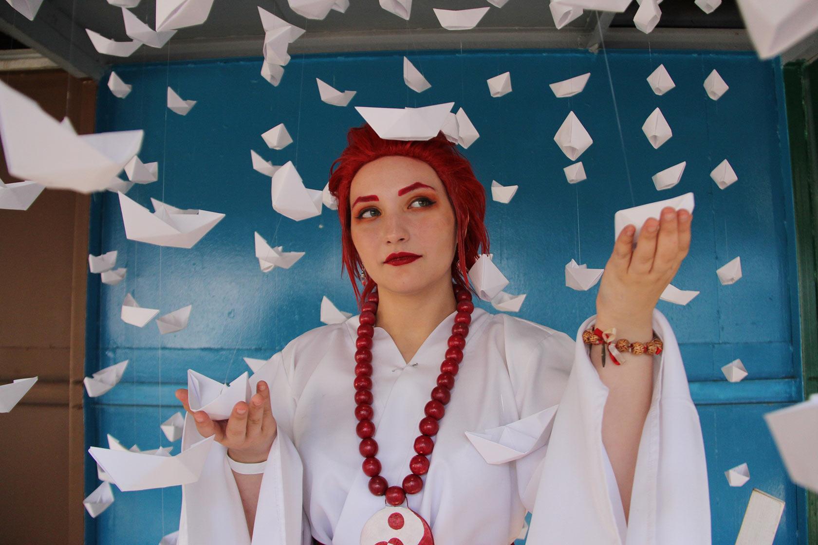 Девушка косплеер с бумажными корабликами
