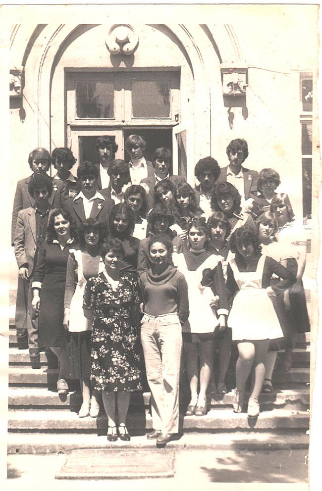 Г.И.Задорожная,Р.В. Негмедзянова с выпускниками 80-х