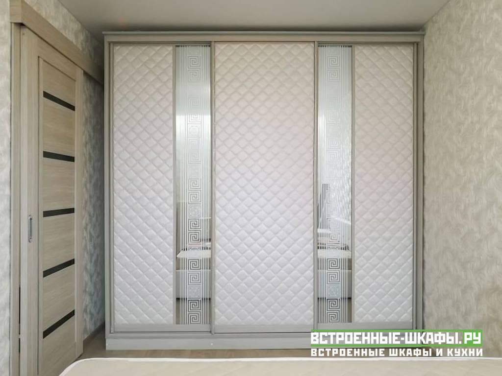 Шкаф купе в спальню с вставками из искусственной кожи