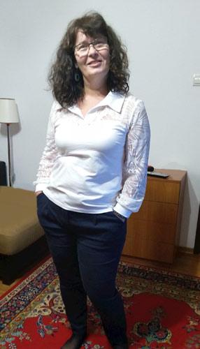 Бяла дамска блуза с дантела, налична и в големи размери до 3XL.