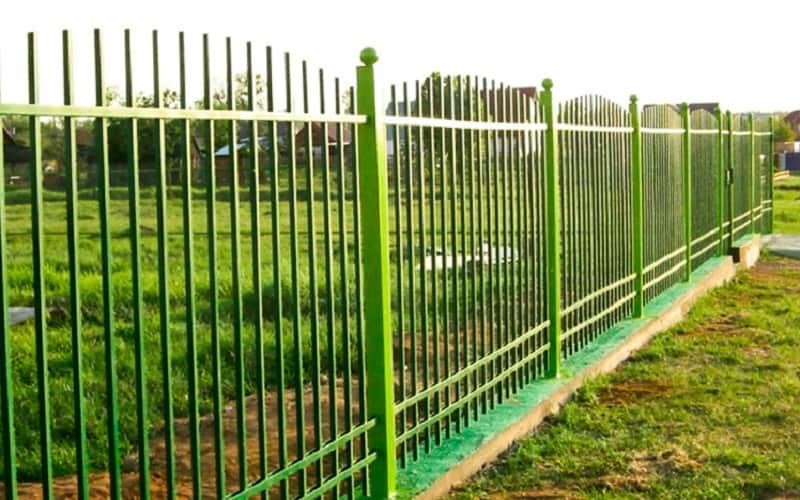 Сварной забор с декоративными навершиями