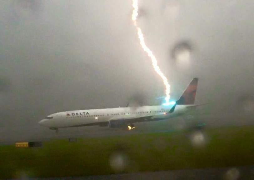 Молния попала в самолёт