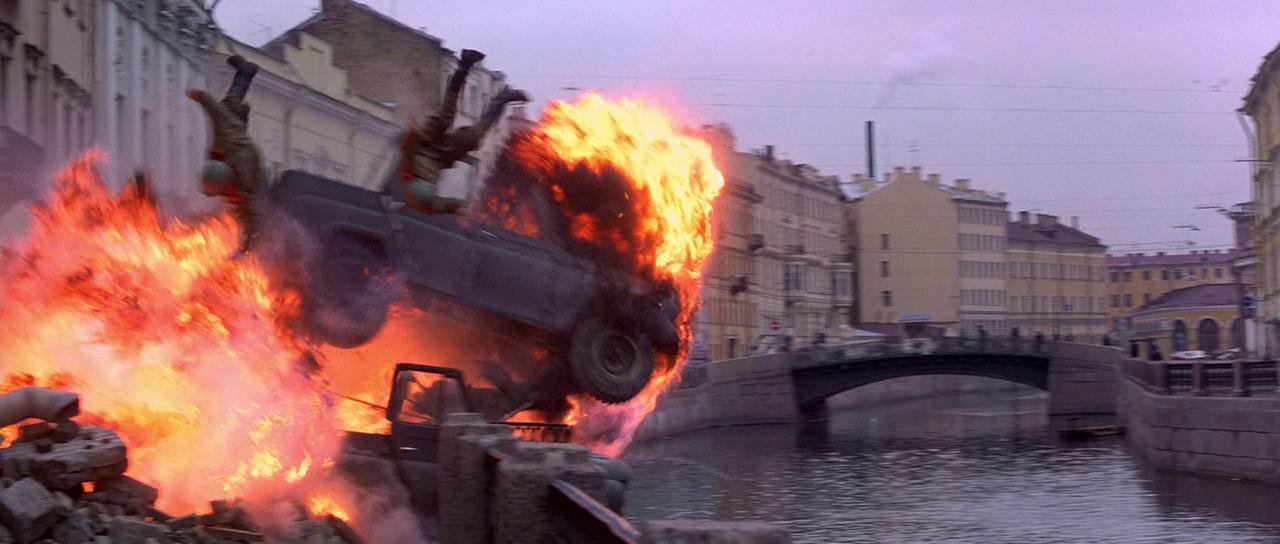 Преследуя чёрную «Волгу» с антагонистом, Бонд выезжает на танке на Мойку и частично разрушает дом номер 27. Преследующие его военные уазики взрываются, солдаты падают в реку.