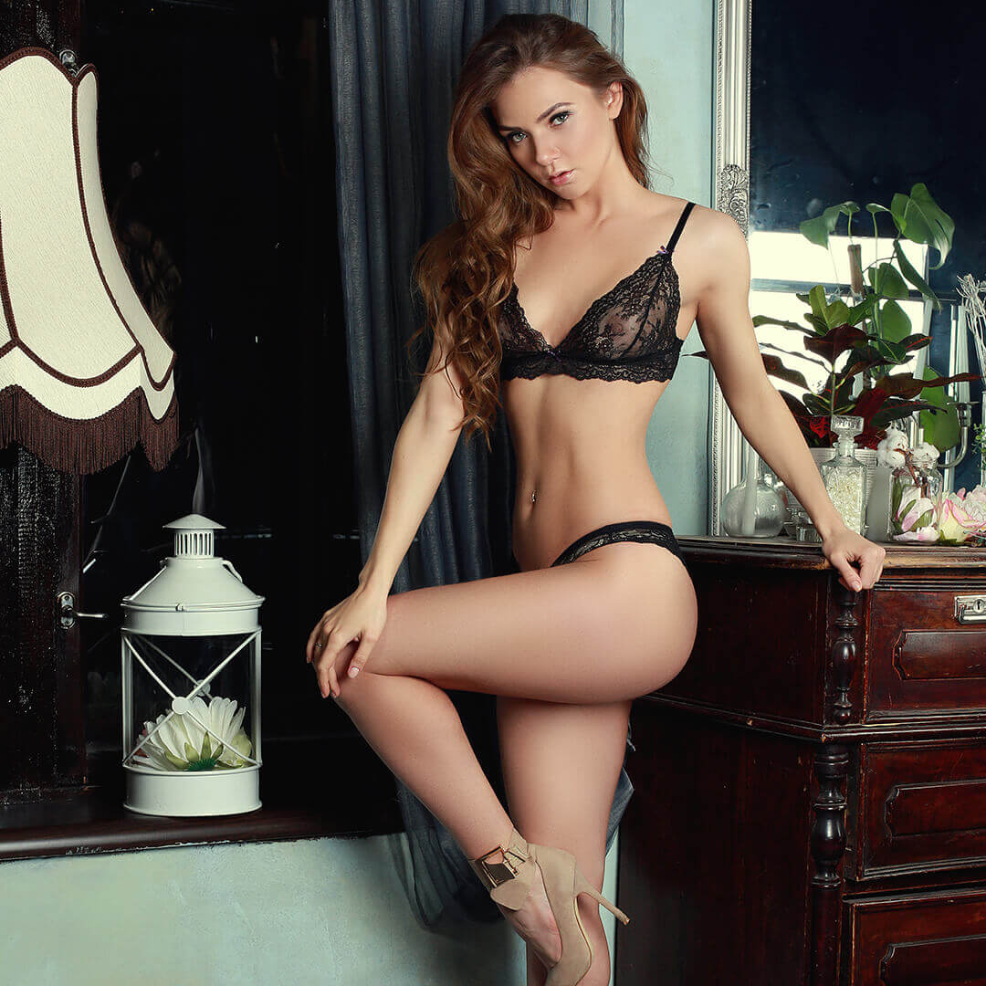 Трахаются два парня и девушка в черном белье пьяными русскими секс