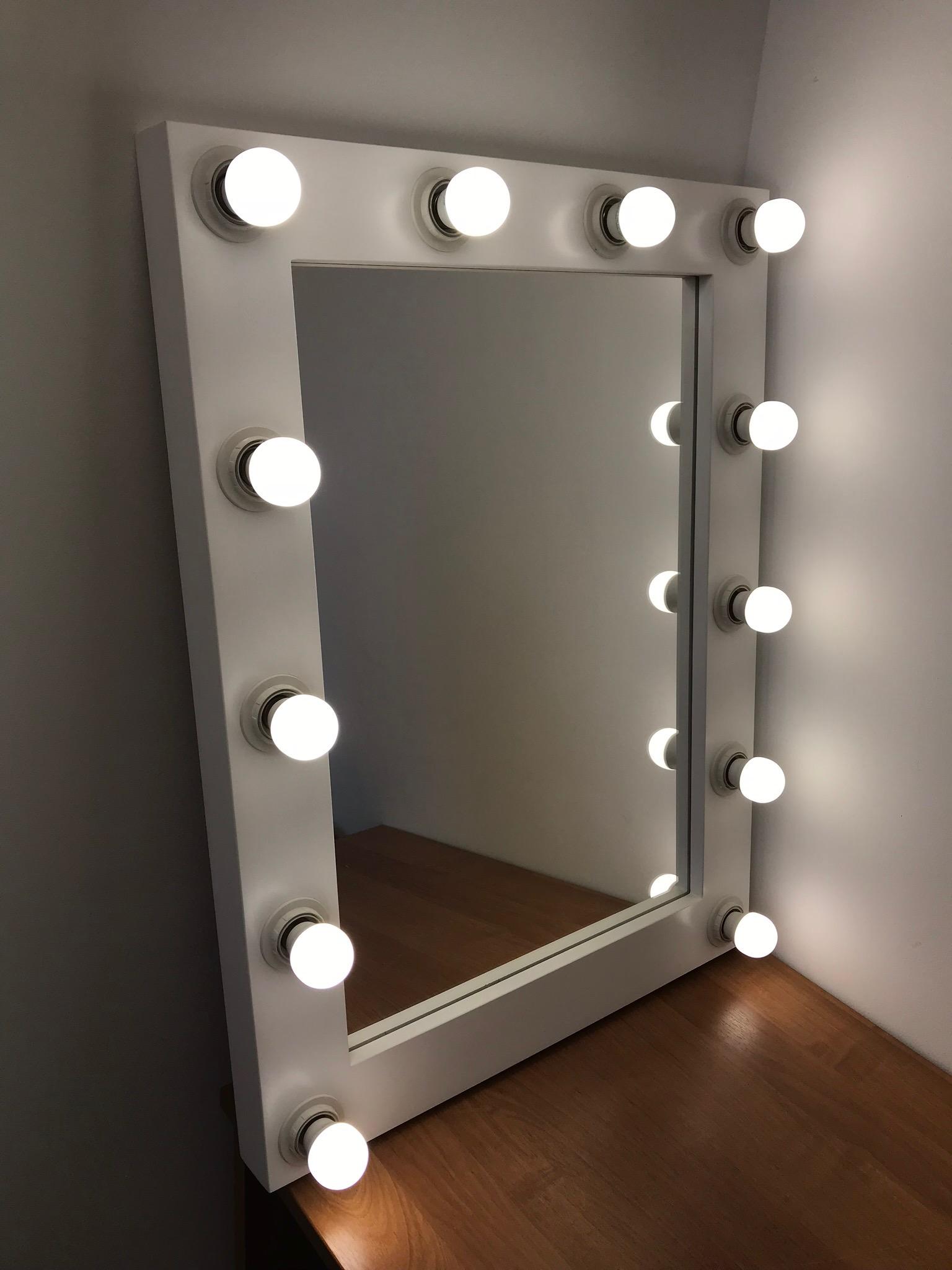 Гримерное зеркало из белого МДФ