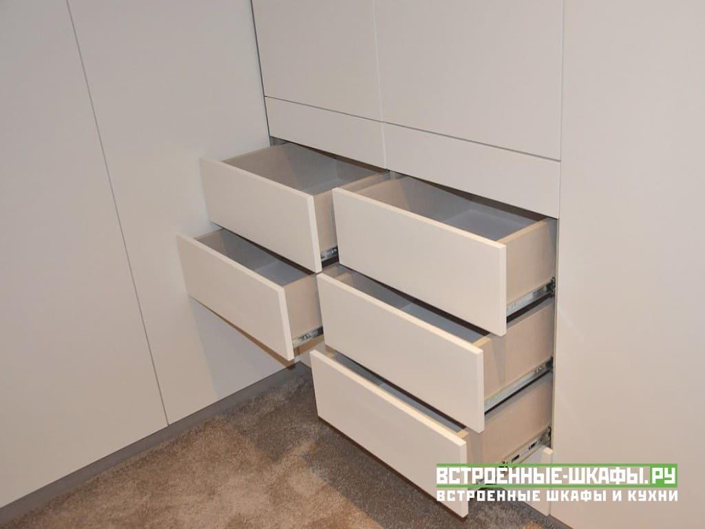Встроенные шкафы на мансарде по индивидуальному заказу