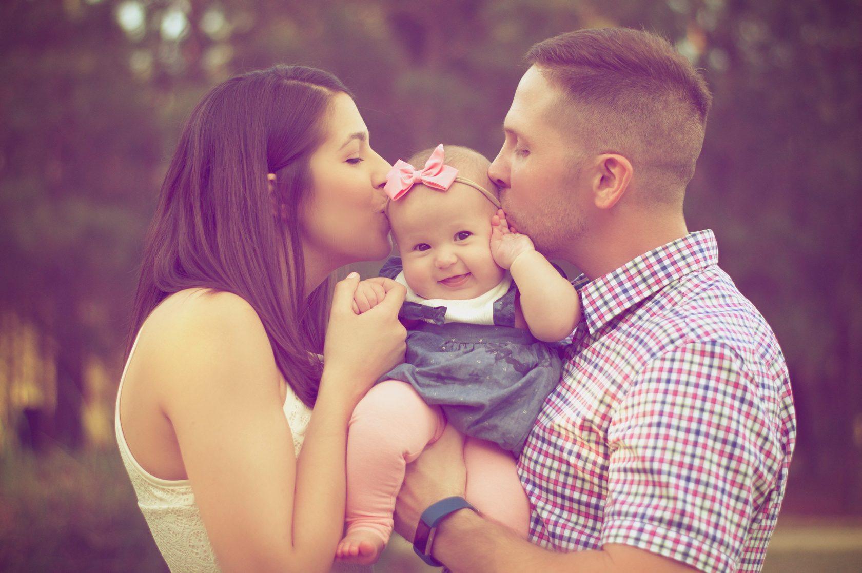 корректирует картинки про любимого мужа и счастливую семью тамошней жизни