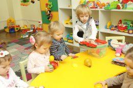 Дети играют в садике Изумруд