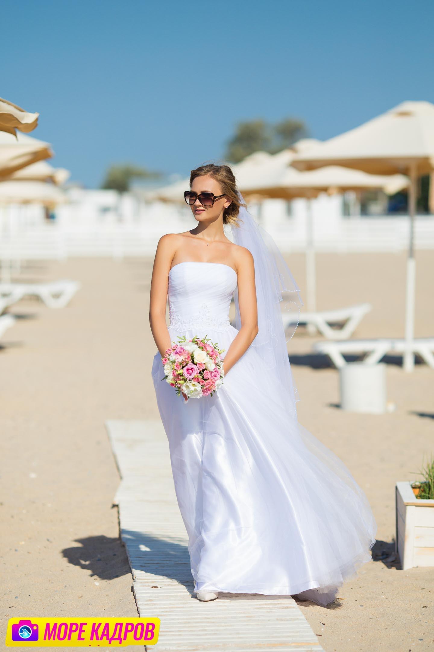 Свадебная фотосессия на пляже в Евпатории, Крым.