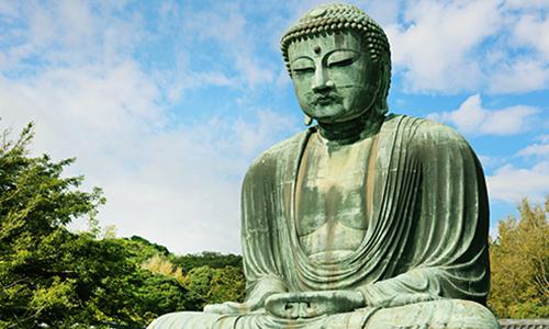 Статуя Большого Будды в Камакуре покрыта зеленой патиной