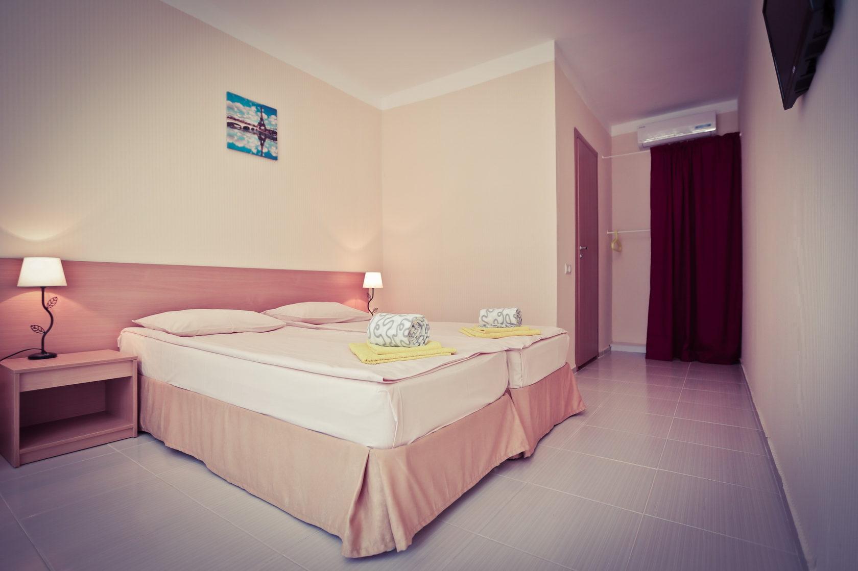 Кровати в двухместном номере Стандарт в отеле Марсель, Лермонтово