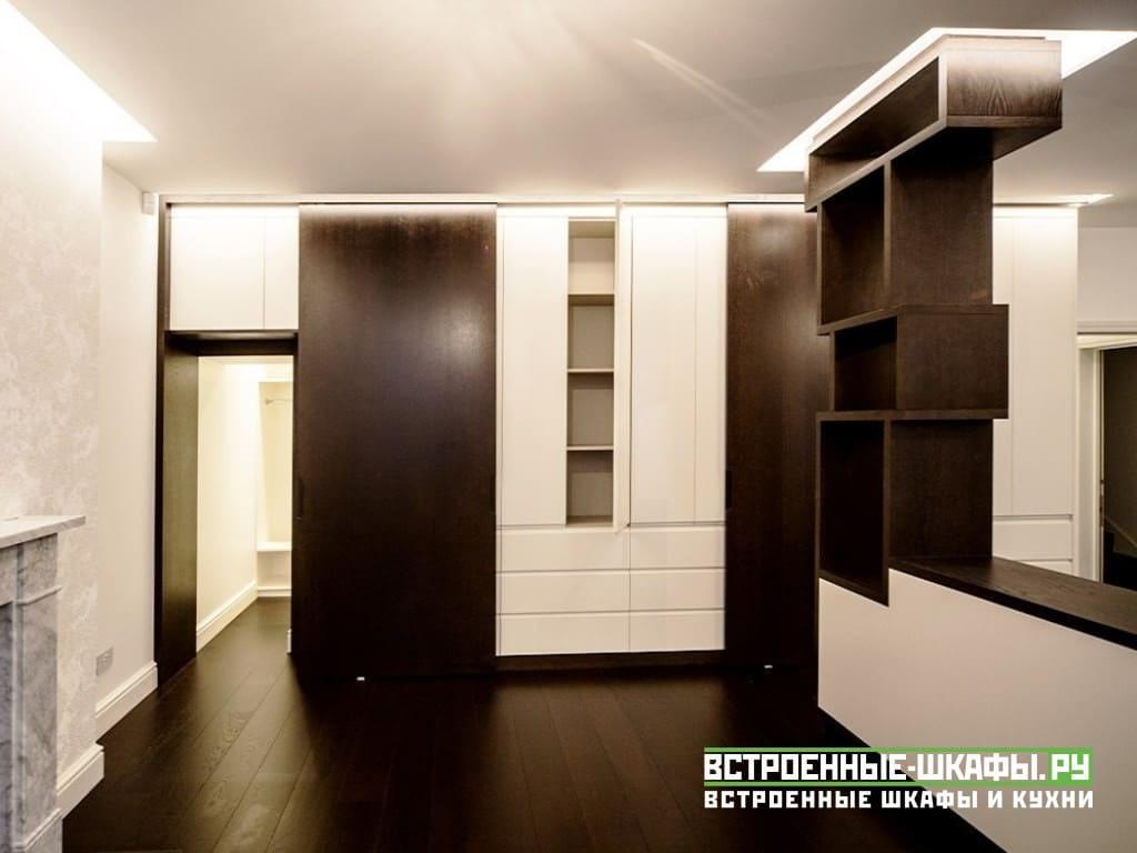 Встроенный шкаф вокруг двери П-образной формы