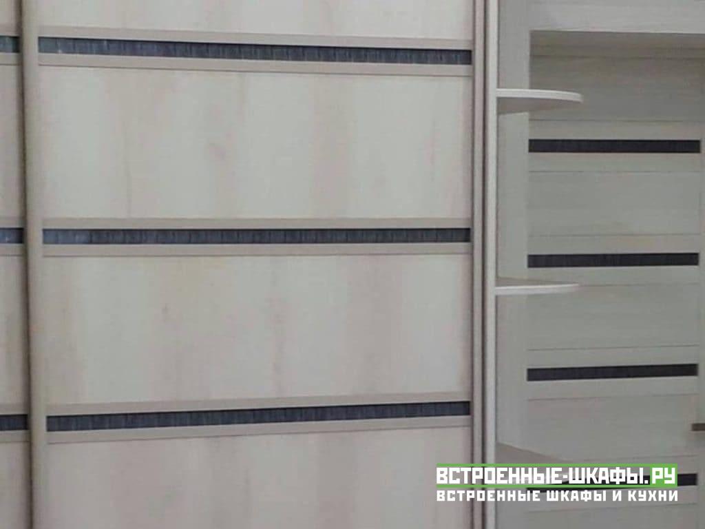 Двухдверный шкаф купе корпусный в комнате с радиусными полками