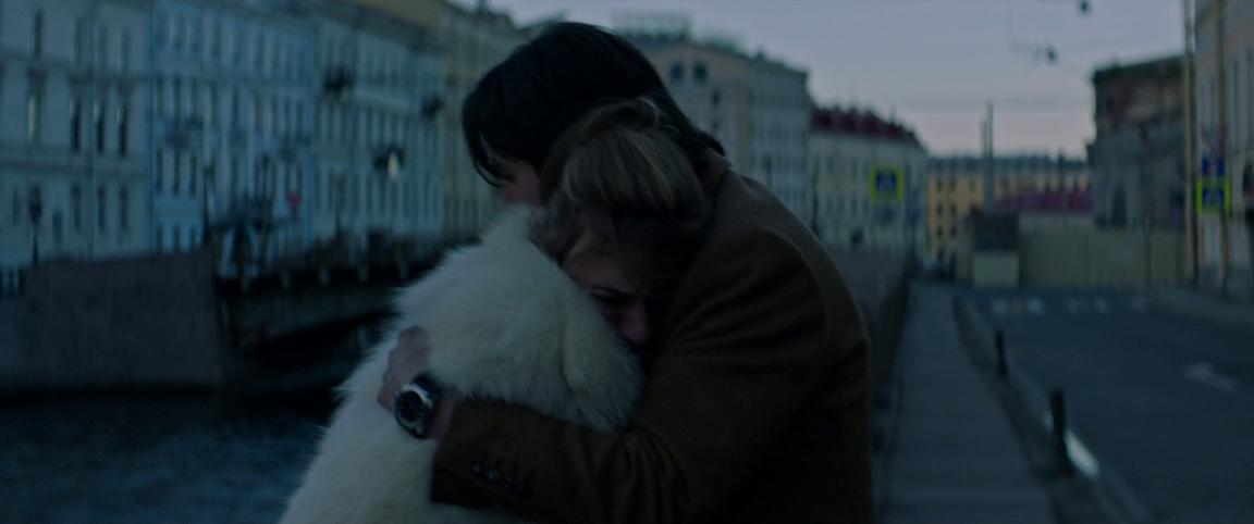 Сибирскую подругу Ривза только что унизил русский мафиозо. Ривз утешает её на Мойке – в кадре Большой Конюшенный мост.