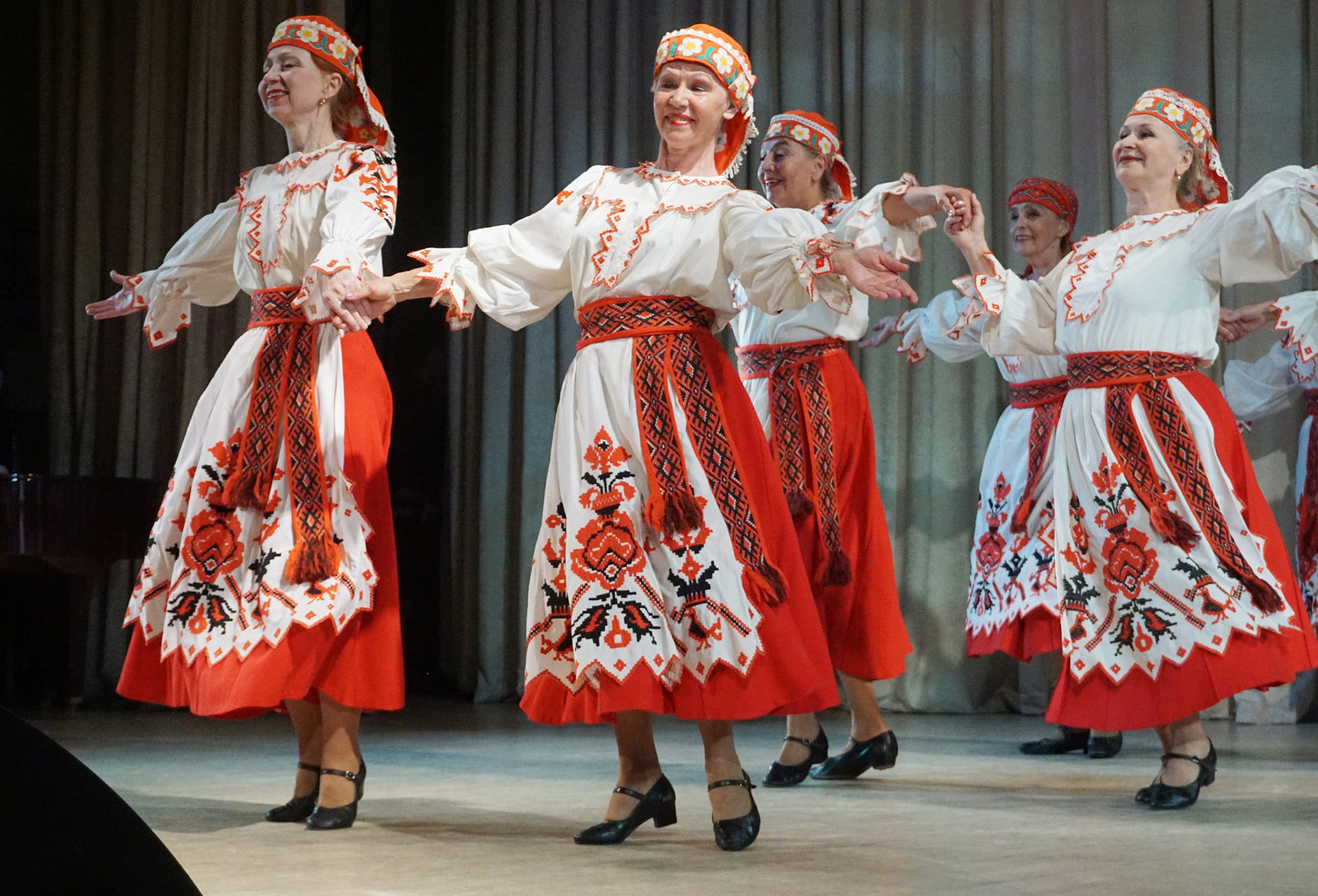 правой фото с русскими народными танцами традиционно стал символом