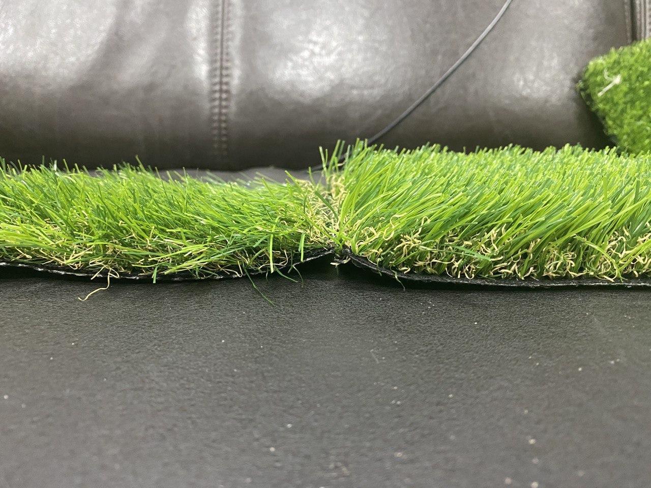 Слева травка с менее густым (частым) ворсом, но высота ворса у обоих 35 мм.