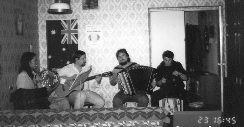 Андрей Вершинин и музыканты уже на квартире. Скоро подойдут гости (1986).