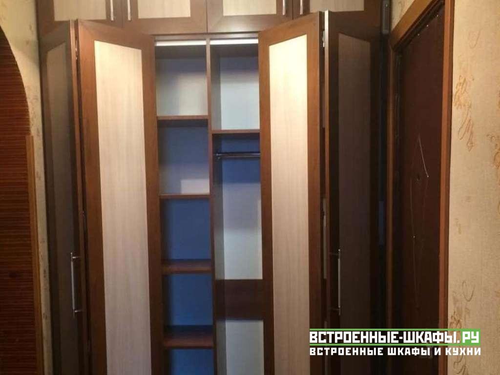 Встроенный шкаф гармошка между стен в прихожей