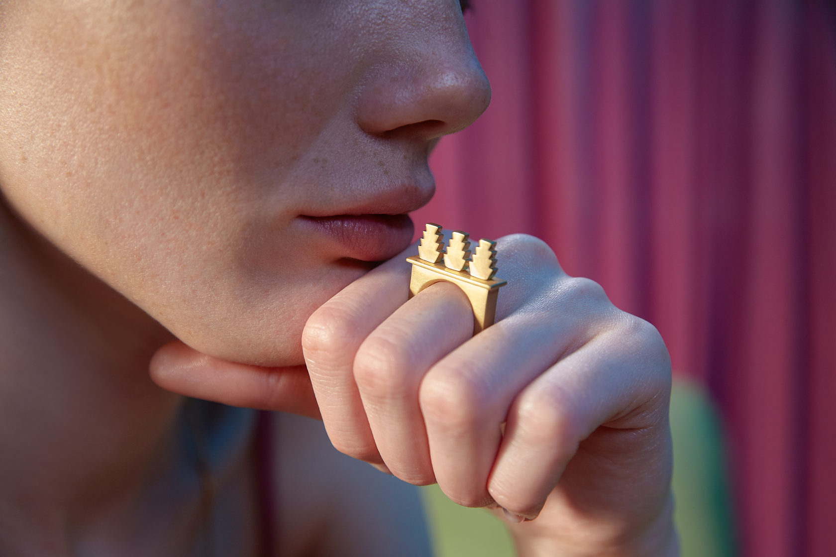 Крупные золотые, серебреные и позолоченные украшения. Кольцо, архитектурные мотивы. Впечатление, эгоизм, индивидуальность.