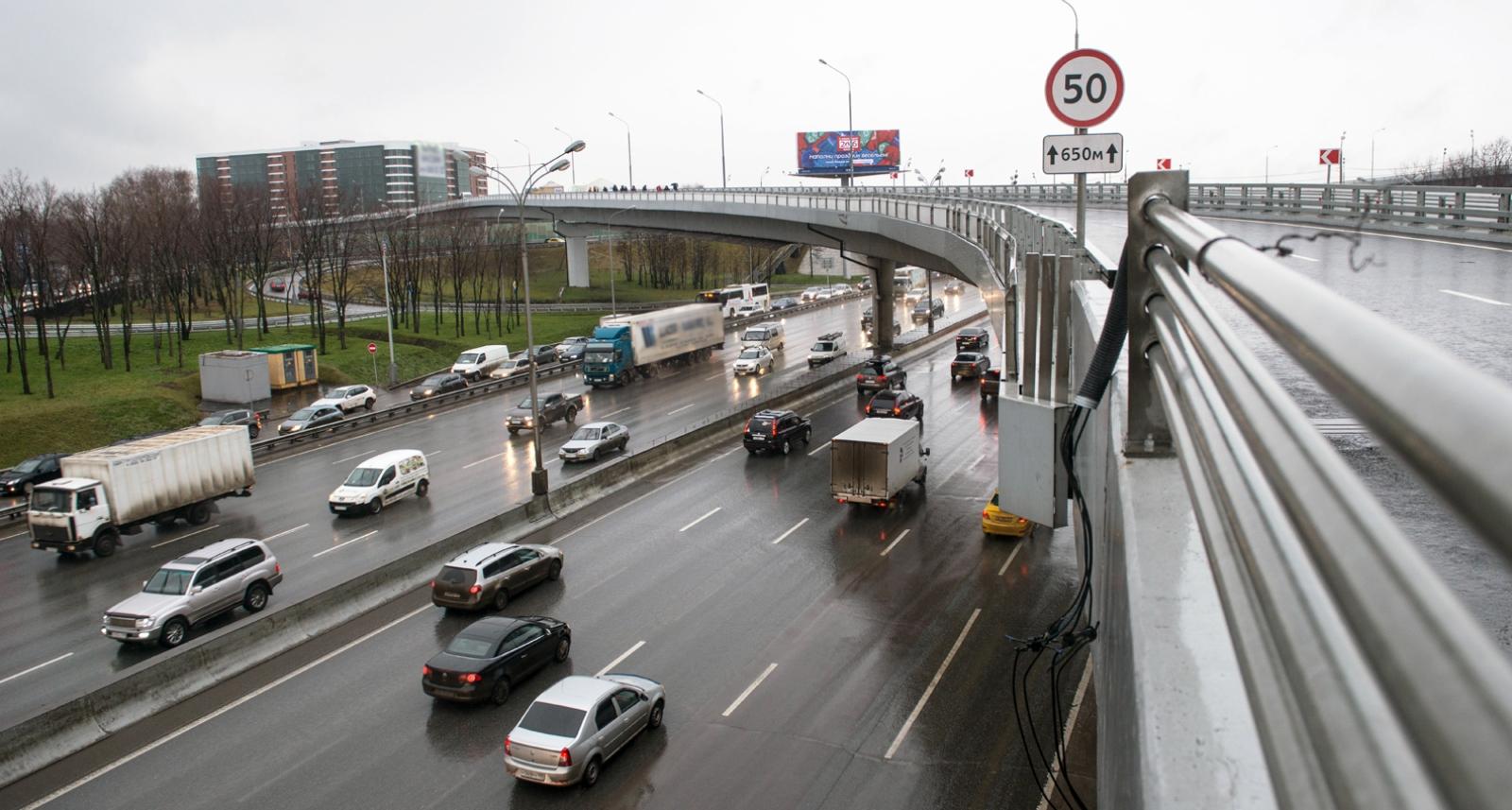 С 2014 года въезд большегрузного транспорта на МКАД возможен только по специальным пропускам (Фото: пресс-служба мэра и правительства Москвы. Евгений Самарин)