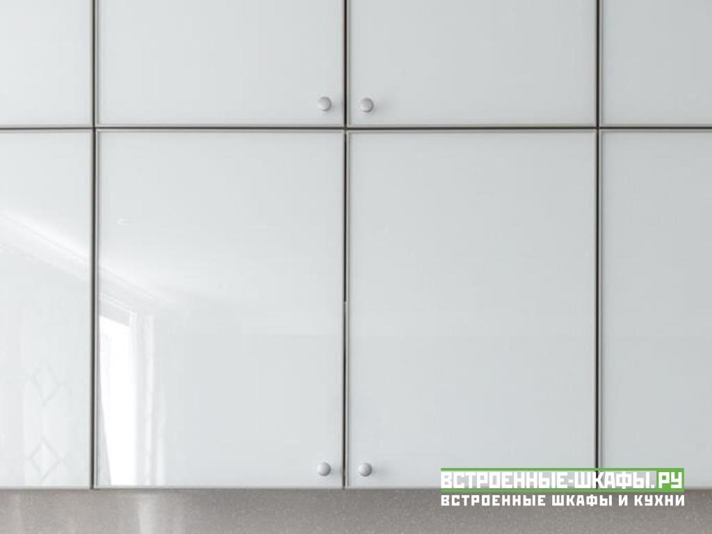 Угловая кухня с фасадами МДФ пластик в стиле модерн