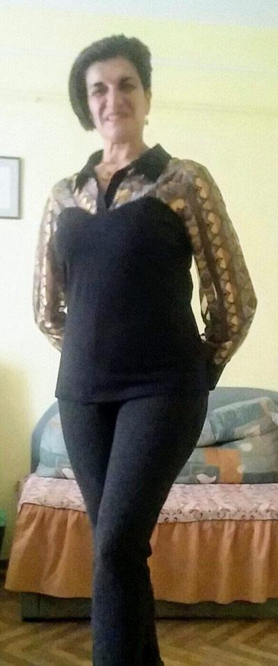 Дамска блуза от пениран памук в черно с ефектни дълги ръкави.
