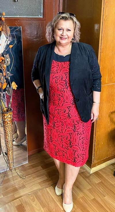Червена рокля от дантела в голям размер, фен снимка от клиентка на онлайн магазин Efrea.