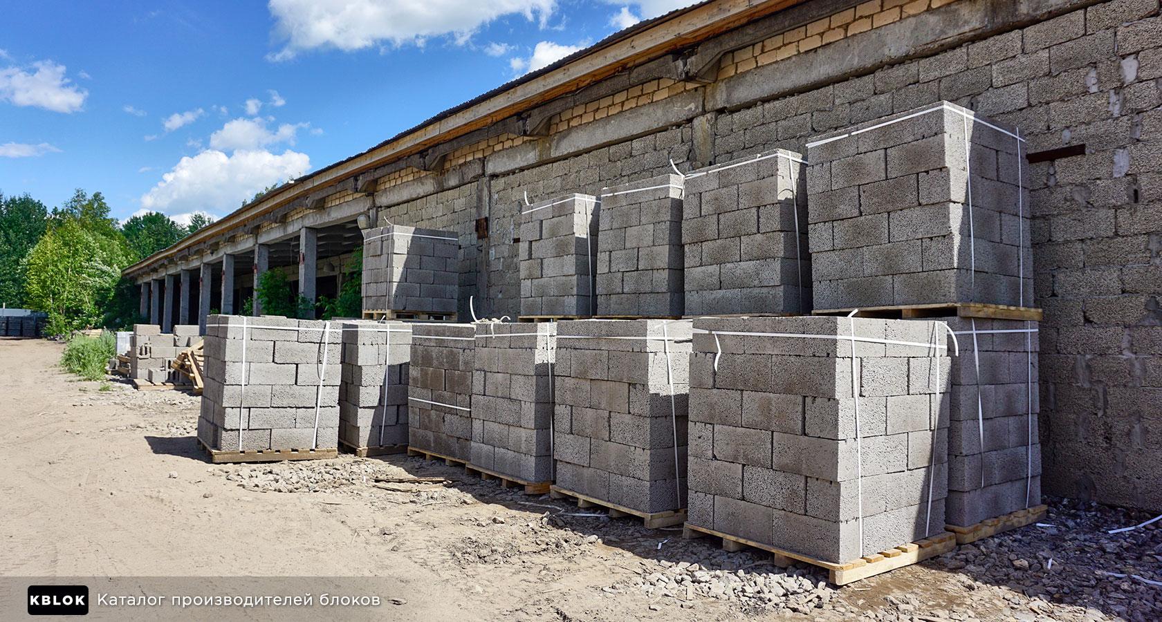 готовые блоки на уличном складе
