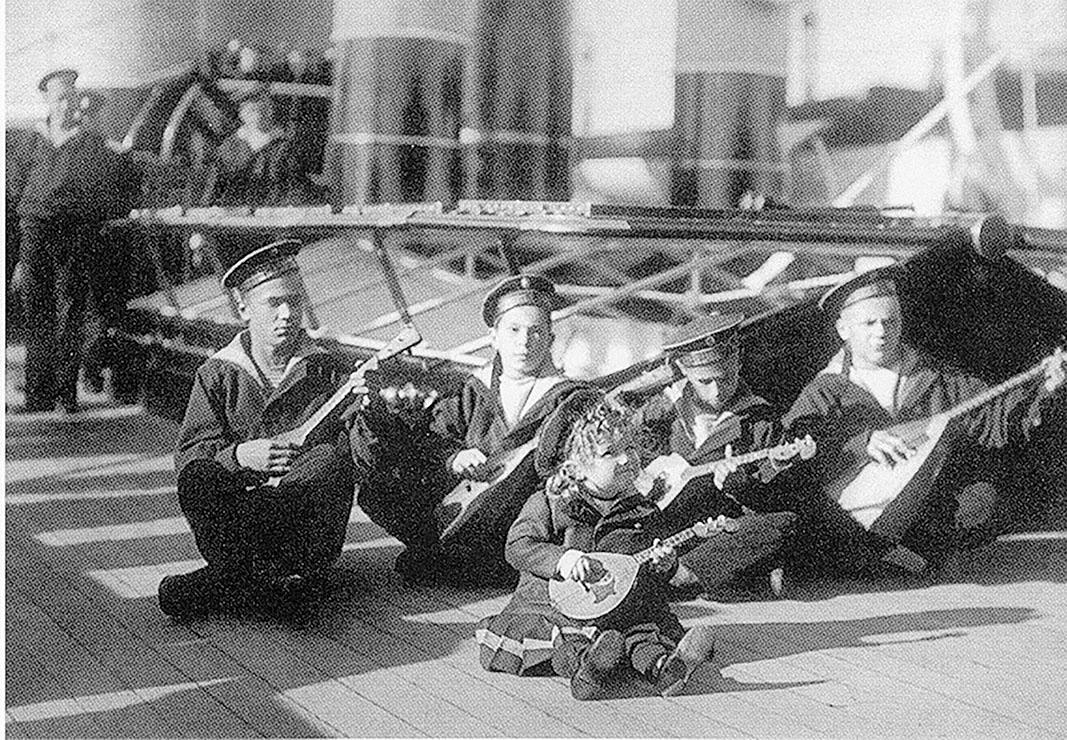 Цесаревич Алексей (в центре) среди юнг яхты «Штандарт», второй справа — Жора Пиньковский. 1907 г.