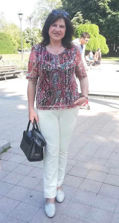 Фен снимка на клиентка с блуза и панталон от онлайн магазин Efrea.