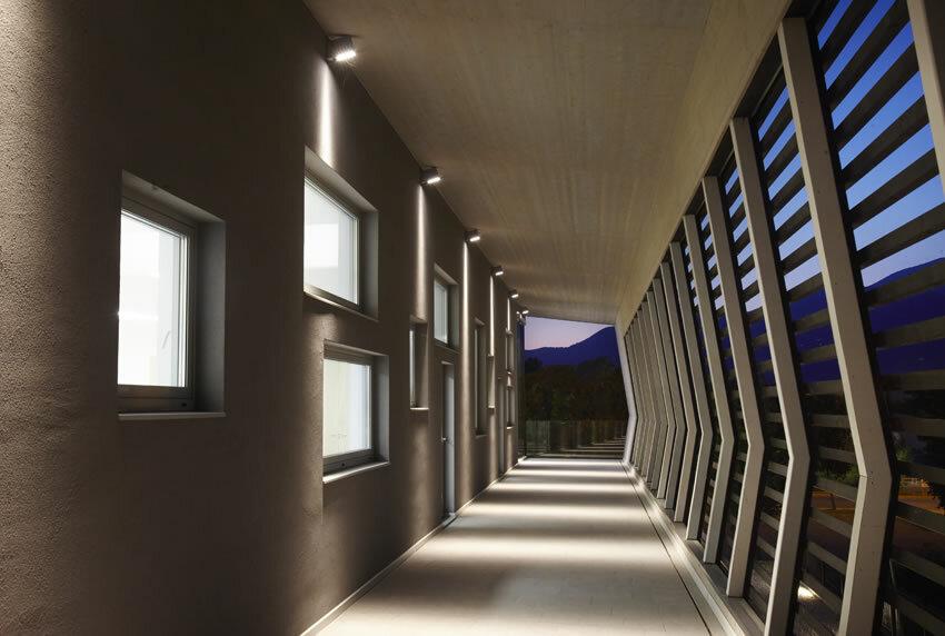 Пример освещения наружного прохода у здания с современной архитектурой