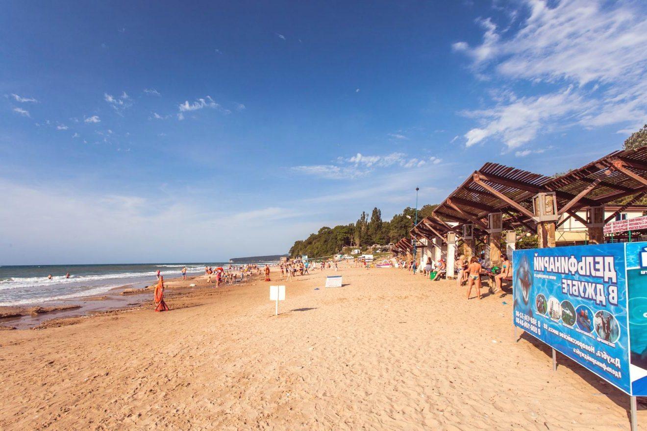 Песчаный пляж Золотой берег на курорте Лермонтово