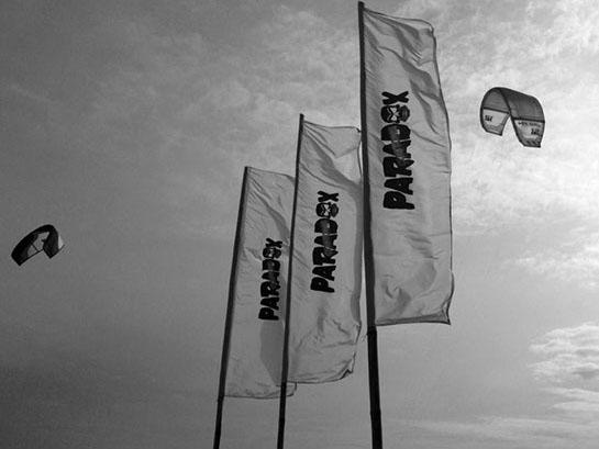 Кайт школу на Должанке опознаете по таким флагам.