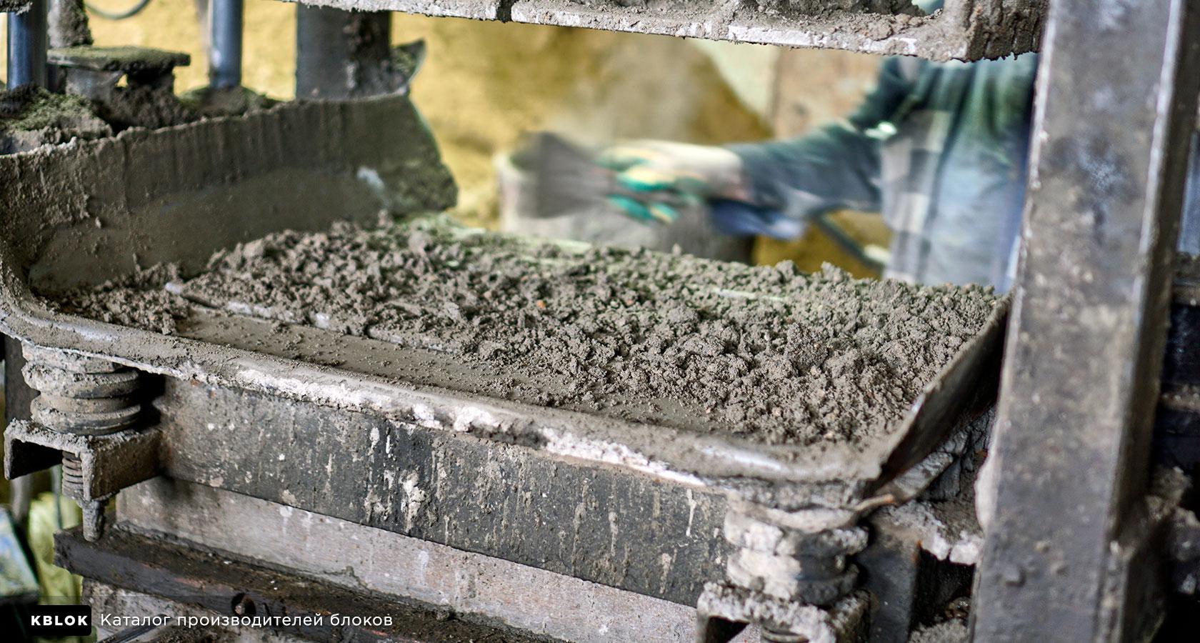 керамзитобетонная смесь заливается в формы