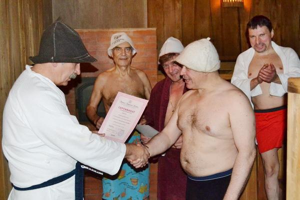 Вручение сертификата по окончании курсов банщиков