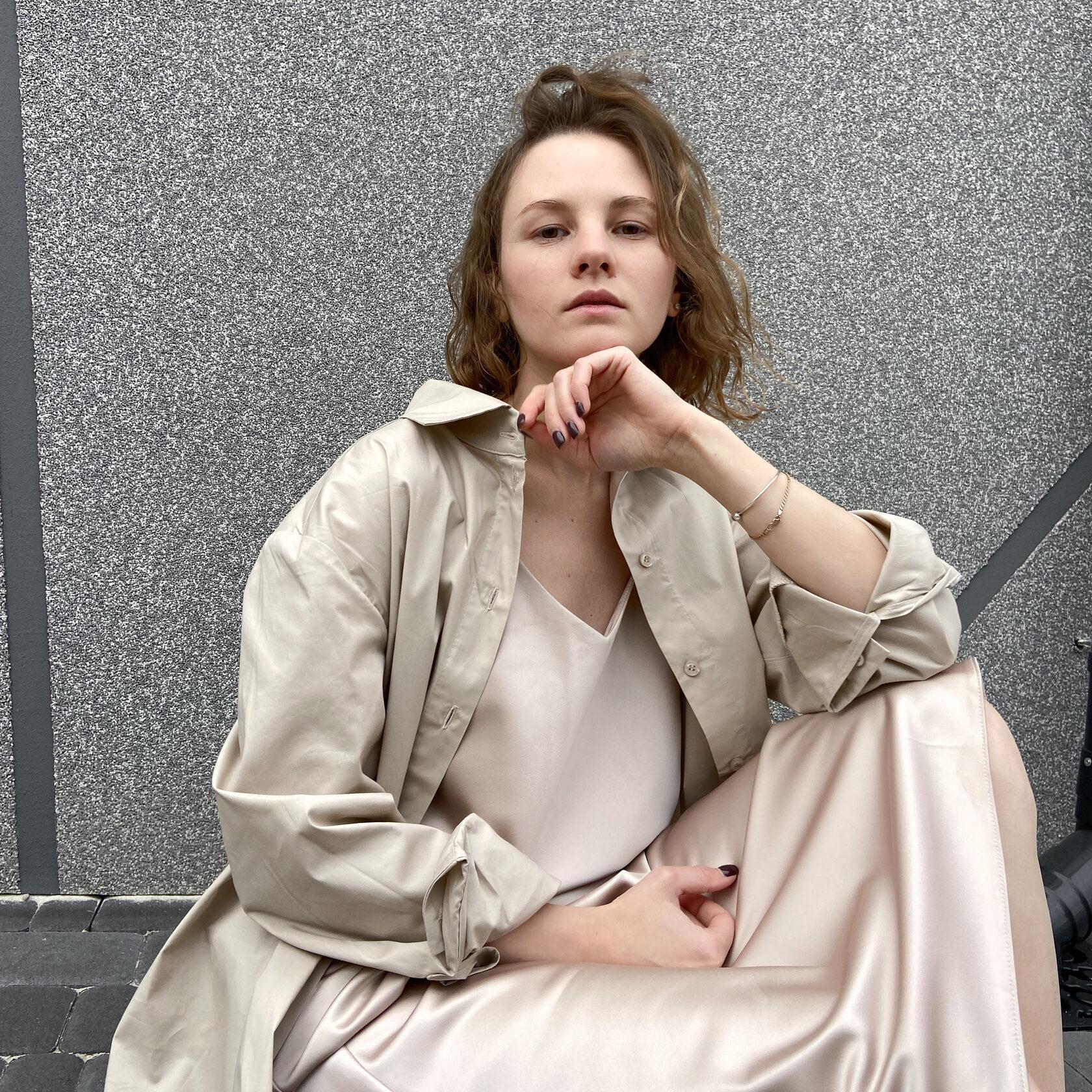LARGO біла базова сорочка поверх сукні-комбінації чорної