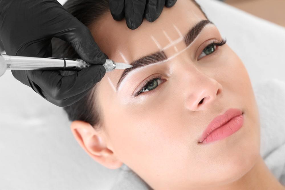 Maquillage permanent. Comparaison avant / après