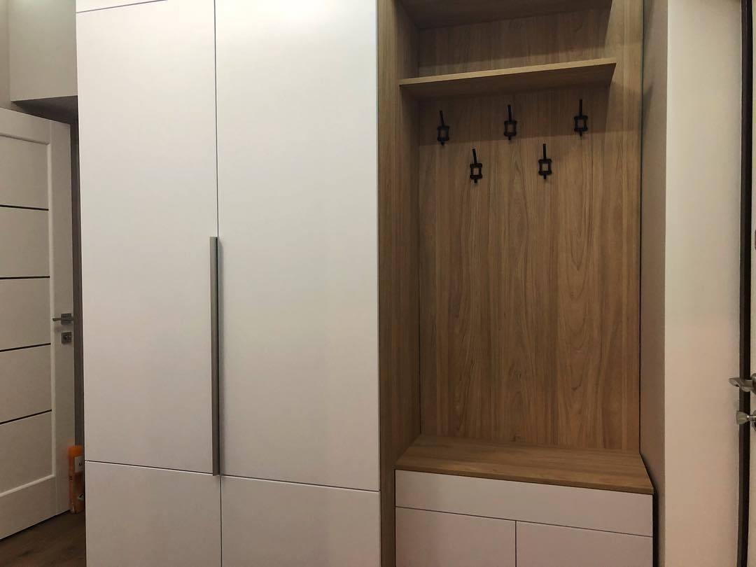шкаф с распашными в прихожую фото были показаны другие