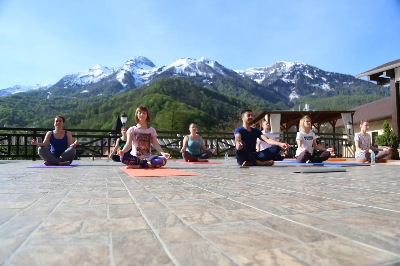 две площадки для занятий с видом на горы