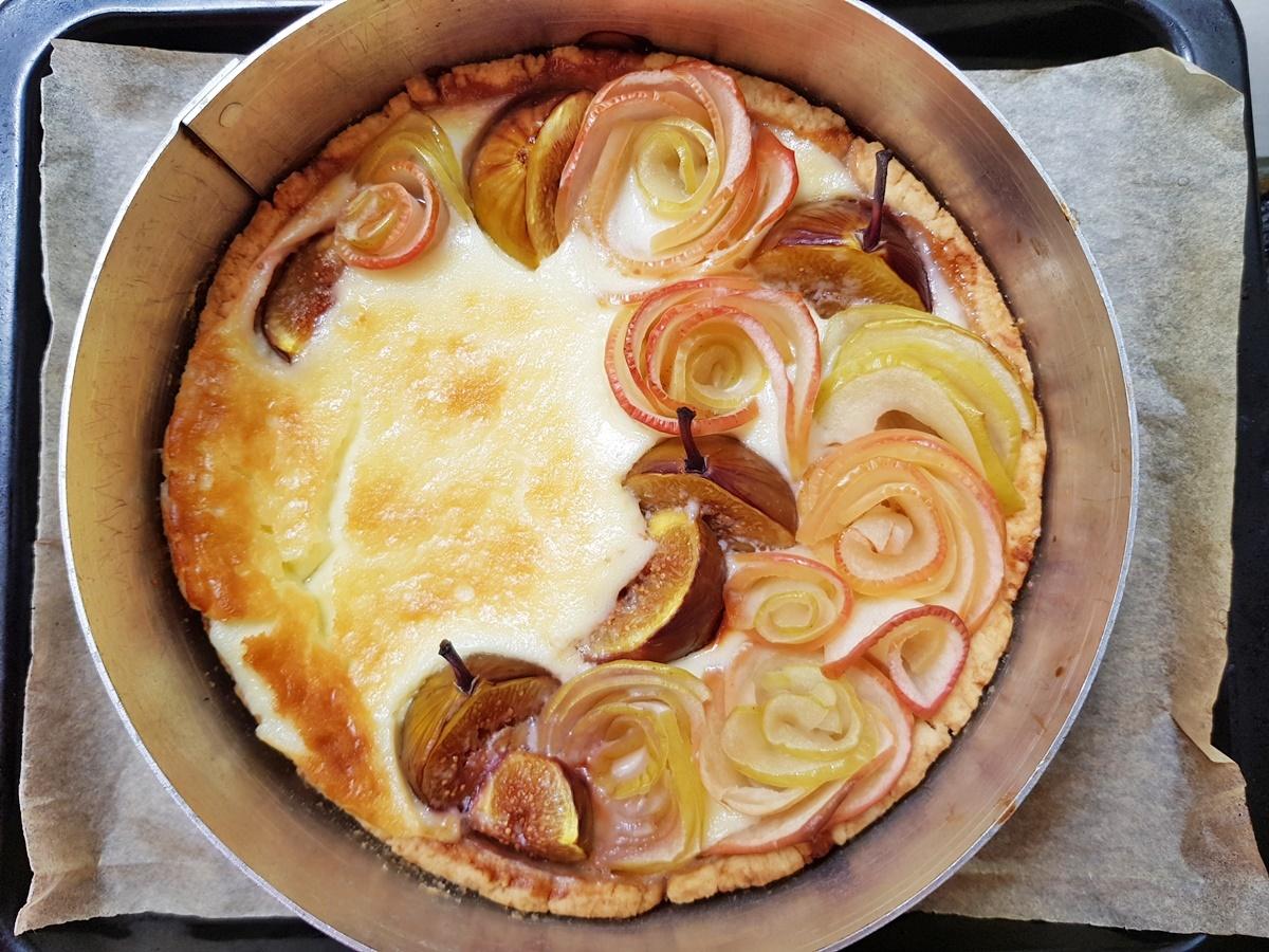 Творожный пирог с инжиром, яблоками, йогуртом и медом. Фото рецепт.