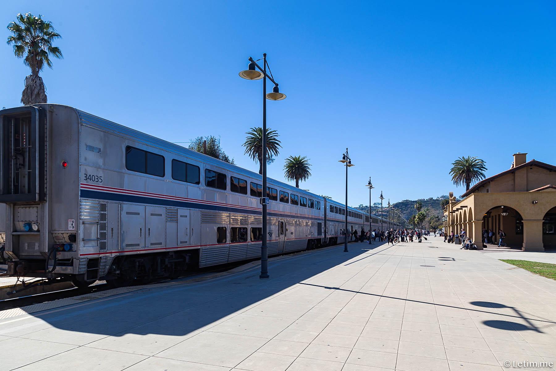 Состав Лос-Анджелес - Сан-Франциско на станции вокзала в г. Санта-Барбара