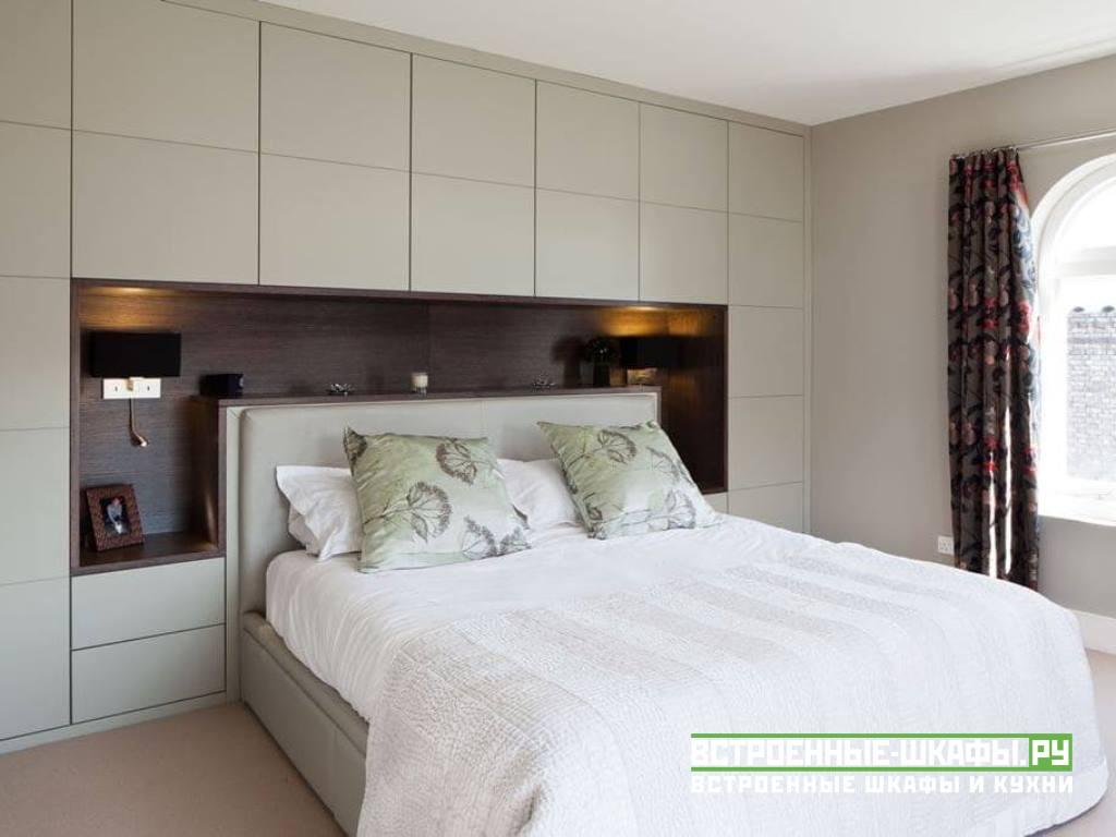 Встроенный П-образный шкаф в интерьере спальни