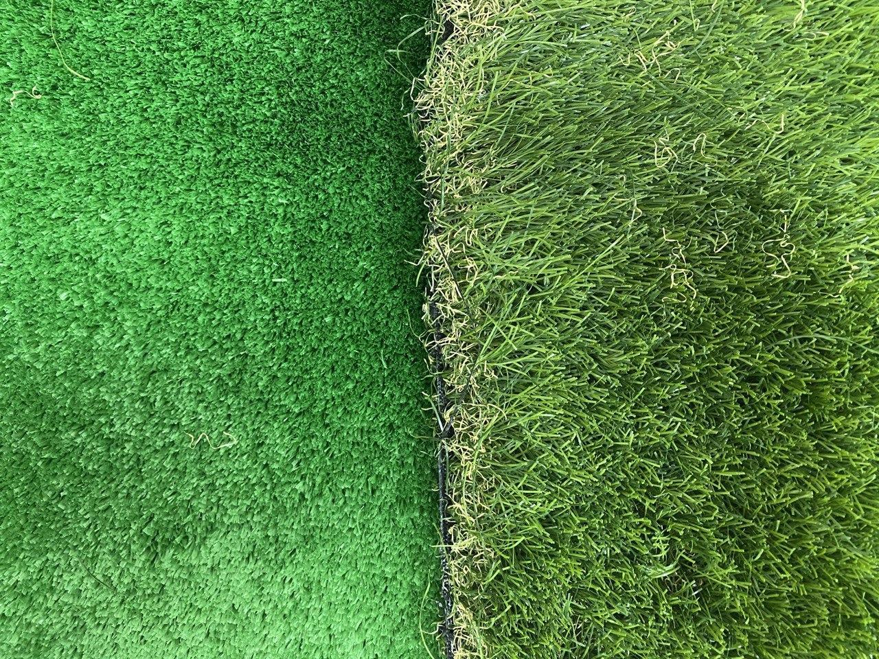 Слева низковорсная, а справа высоковорсная искусственная трава