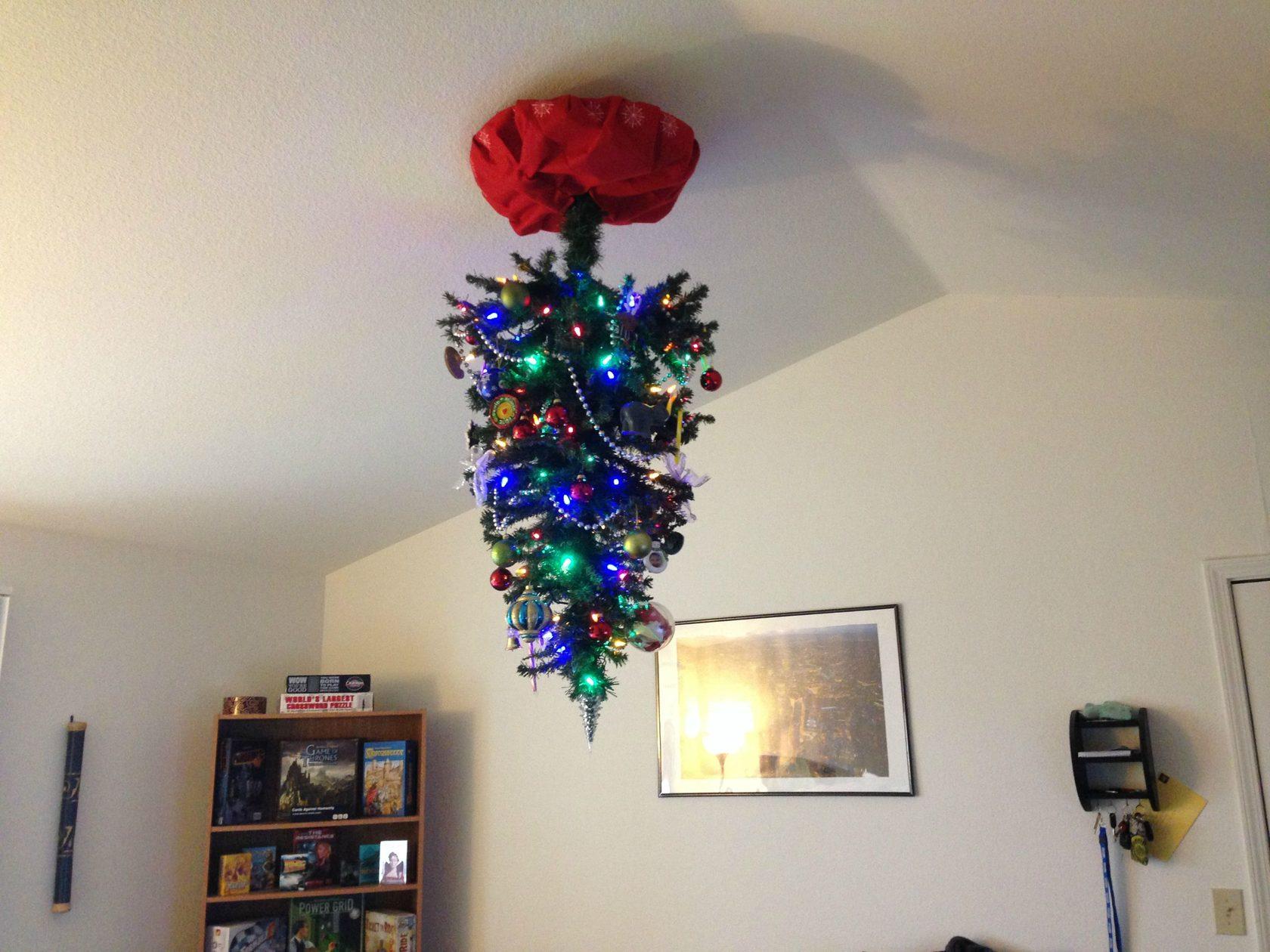 Картинка с елкой новогодней на потолке