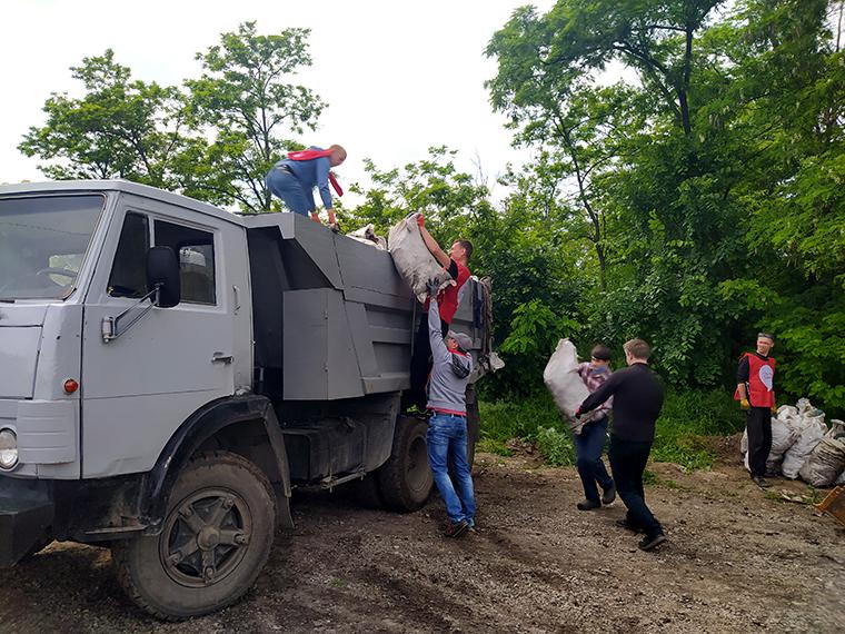 Активисты Партии Шария ликвидировали стихийную свалку в лесу - фото