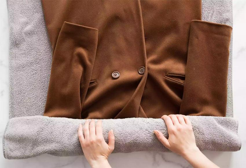 Изсушаване на палто с помощта на кърпи. Използвайте за деликатни материи като вълна